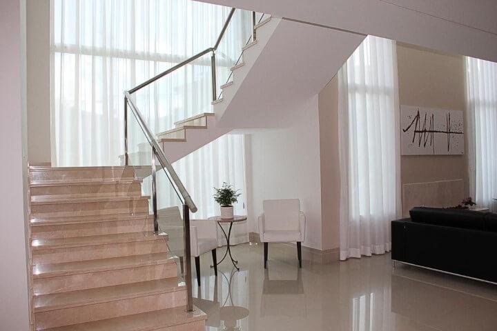 Modelos de escadas em U com guarda-corpo de vidro Projeto de Leonice Alves