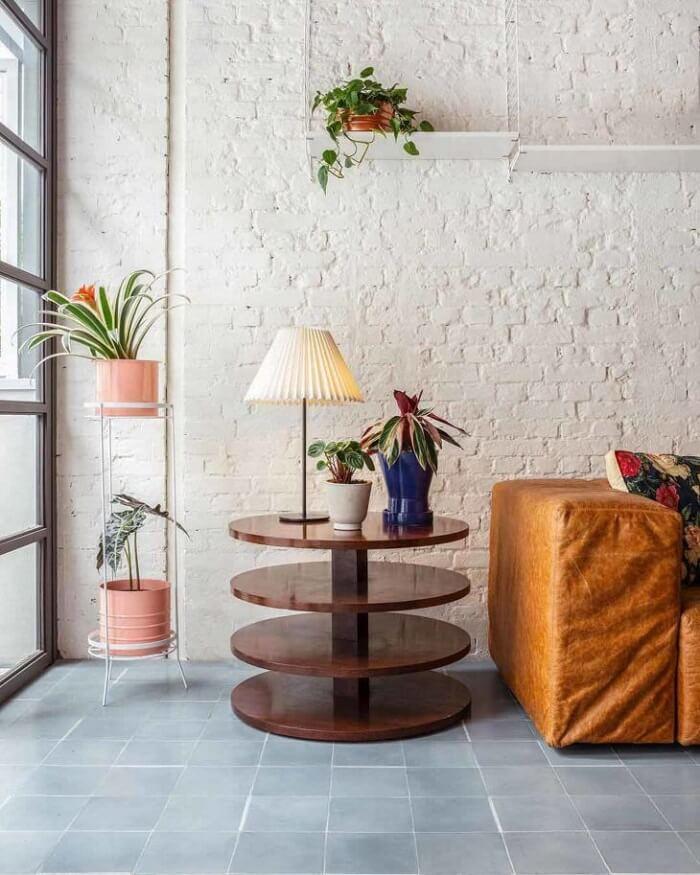 Modelos de vasos de plantas decoram a sala de estar
