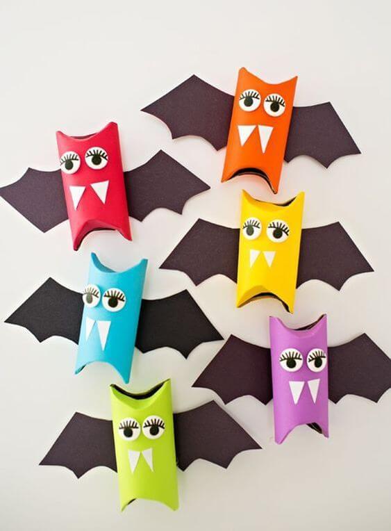 Morcegos coloridos feitos de artesanato com rolo de papel higiênico. Fonte: Revista Artesanato