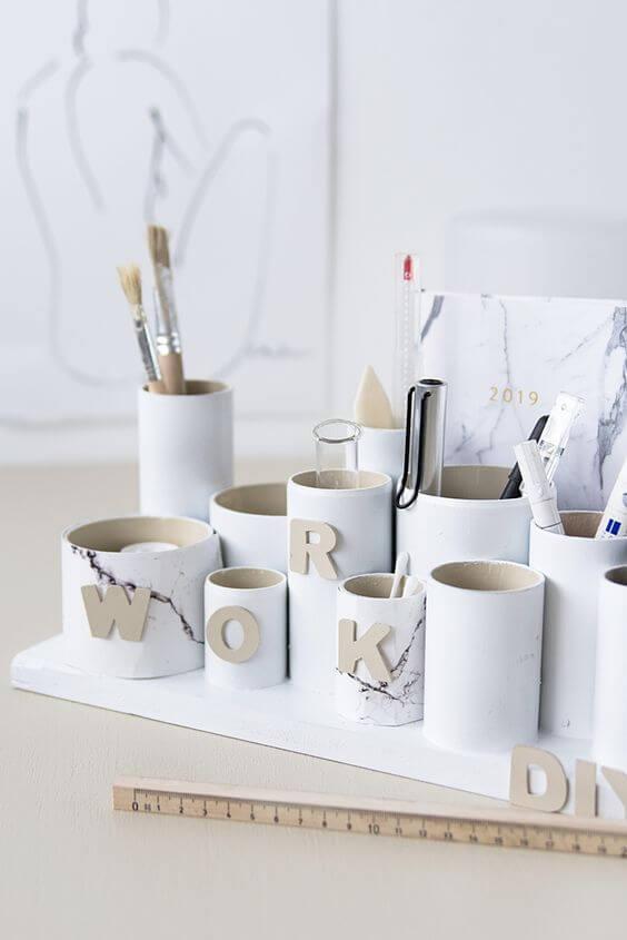 O artesanato com rolo de papel higiênico ajuda na organização de itens de maquiagem. Fonte: Pinterest
