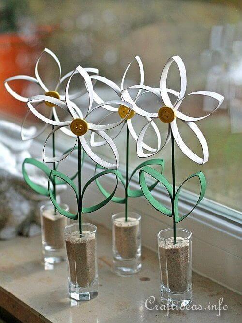 O artesanato com rolo de papel higiênico cortado formam lindas margaridas. Fonte: Pinterest