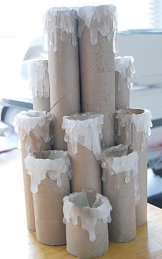 O artesanato com rolo de papel higiênico e a cola quente dão vida a velas natalinas. Fonte: Artesanato Brasil