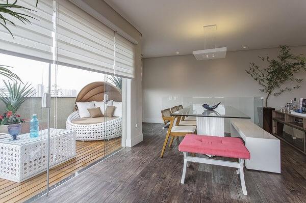 O deck de madeira foi utilizado na varanda desse apartamento