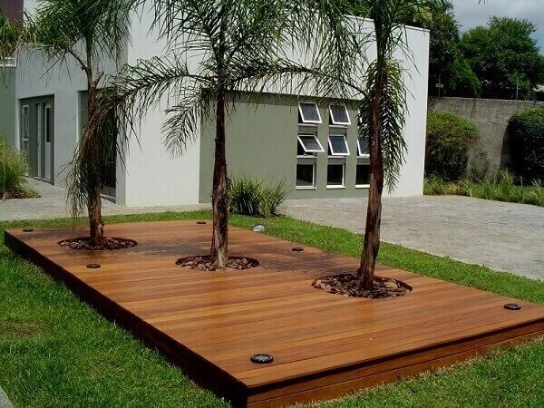 O deck de madeira pode compor uma pequena estrutura do jardim