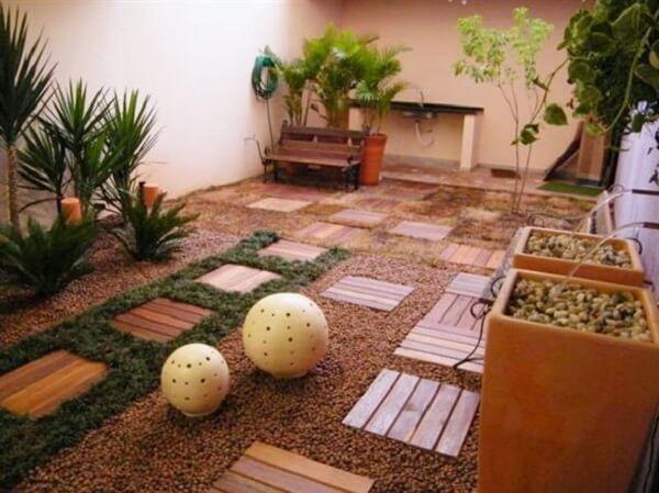O deck de madeira pode ser utilizado de diferentes formas no jardim