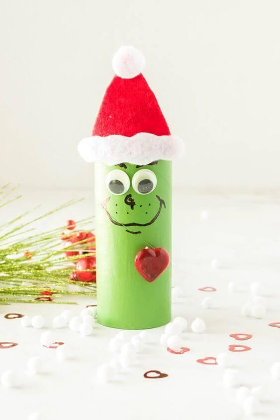O famoso personagem Grinch feito de artesanato com rolo de papel higiênico. Fonte: Pinterest