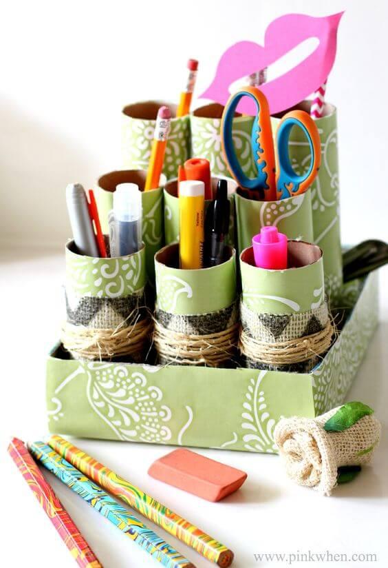 Organize lápis e demais canetas com a ajuda do porta treco de papel higiênico. Fonte: Pinterest