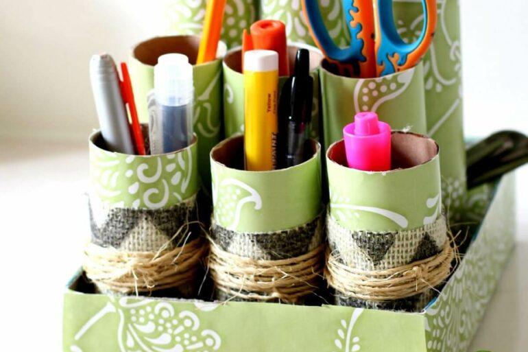 Organize lápis e demais canetas com a ajuda do porta treco feito de artesanato com rolo de papel higiênico. Fonte: Pinterest