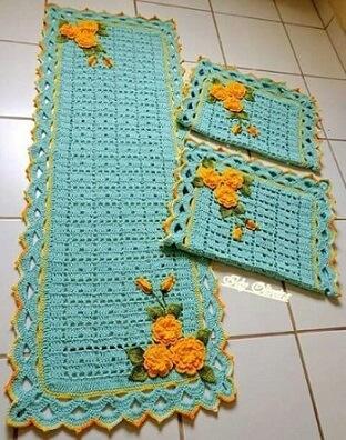 Passadeira de crochê azul com flores