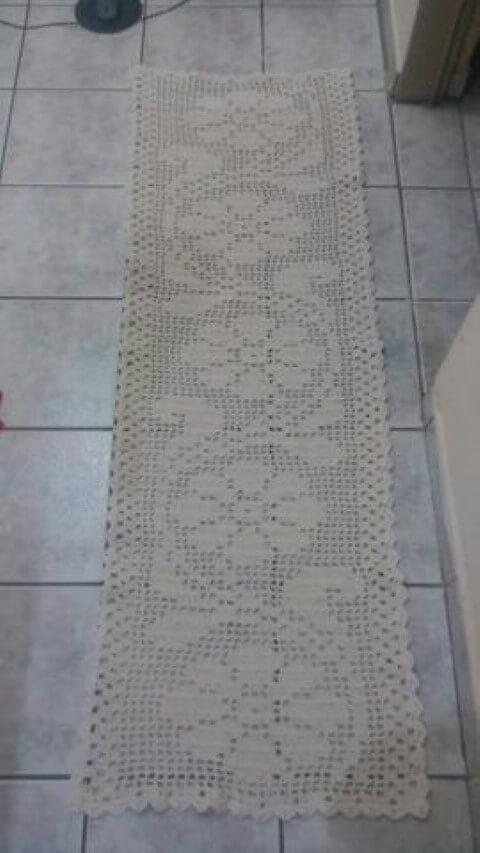 Passadeira de crochê com estampa de flores