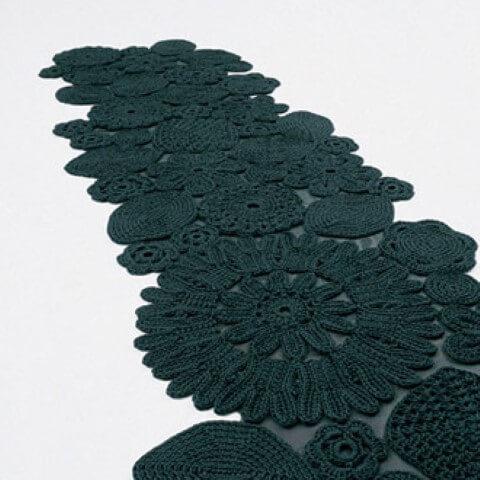 Passadeira de crochê com flores e mandalas
