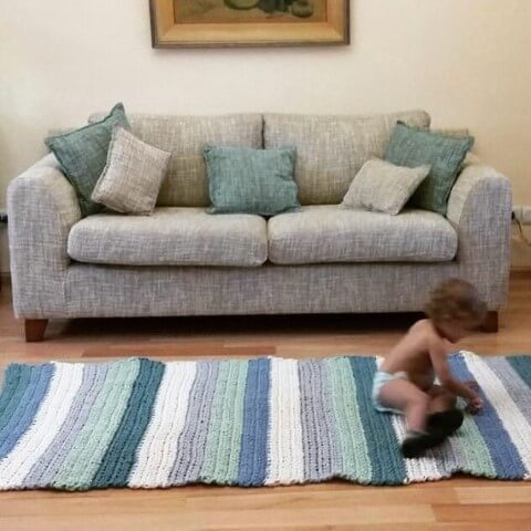 Passadeira de crochê com listras verdes e azuis