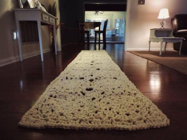 Passadeira de crochê com tecido cru em corredor