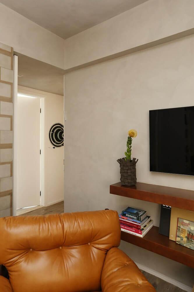 Sala de estar com poltrona de couro