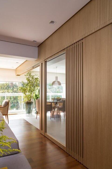 Porta de correr de vidro e estrutura de madeira para a varanda Projeto de Ana Yoshida