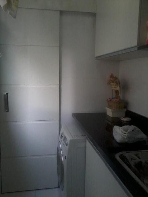 Porta de correr entre lavanderia e cozinha
