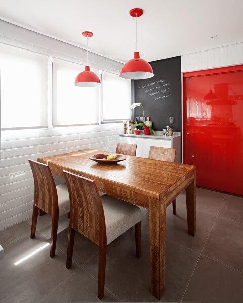 Porta de correr vermelha na cozinha integrada à sala de jantar Projeto de Korman Arquitetos