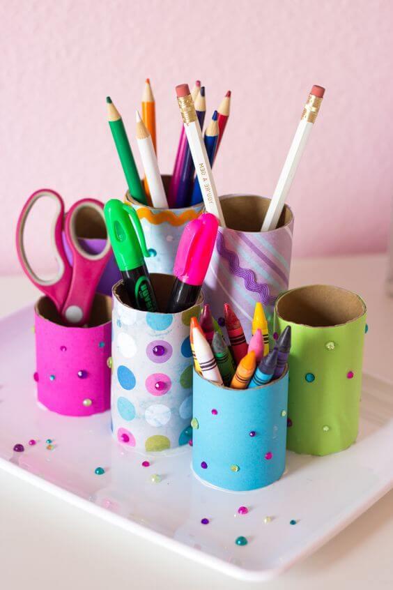 Porta lápis colorido feito de artesanato com papel higiênico. Fonte: Pinterest