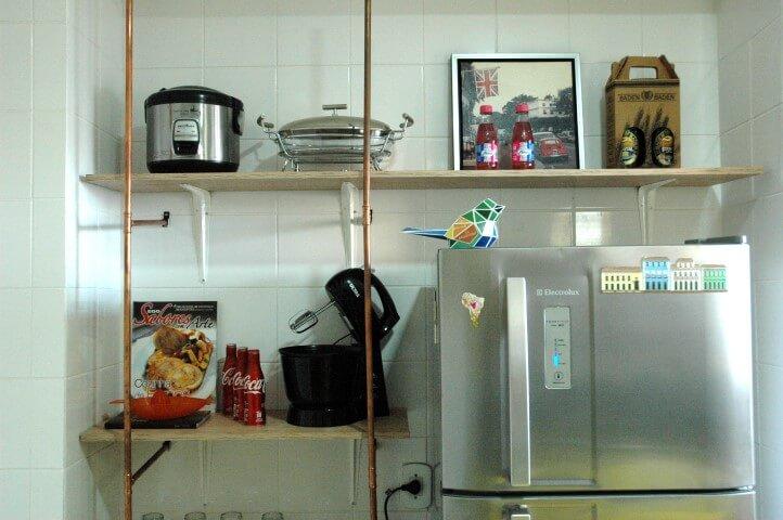 Prateleiras sobre a geladeira da decoração afetiva Murilo Grilo