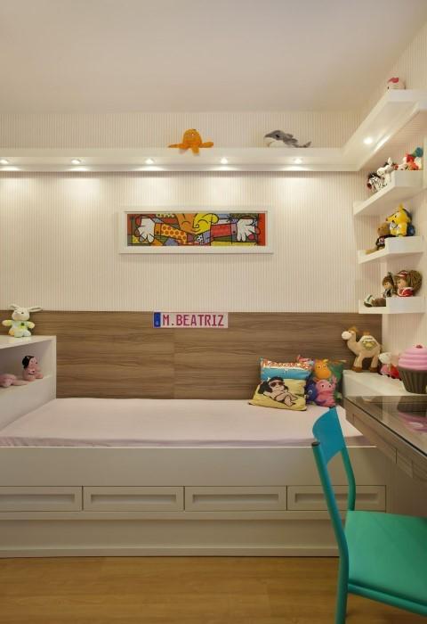 Quarto infantil planejado com bicama e prateleiras Projeto de Cyntia Sabat