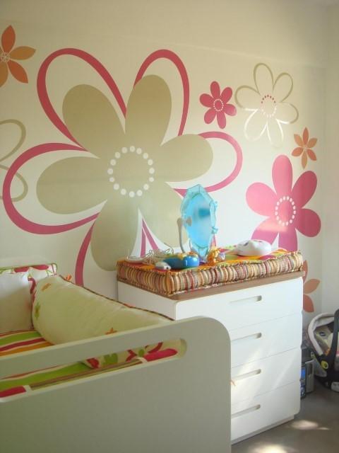 Quarto planejado de bebê com adesivo de flor na parede Projeto de Le Saldanha