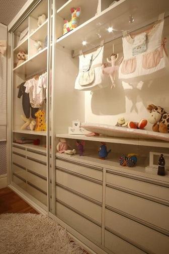 Quarto planejado de bebê com guarda-roupa com portas de vidro transparente Projeto de Marel