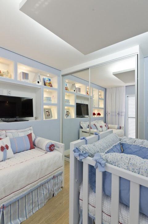 Quarto planejado de bebê com guarda-roupa espelhado Projeto de Belissa Corra