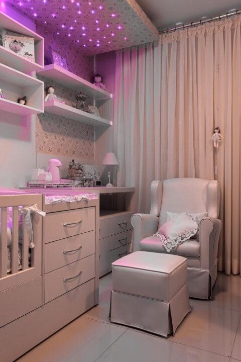 Quarto planejado de bebê com luzes no teto Projeto de Ana Cinthia Lopes