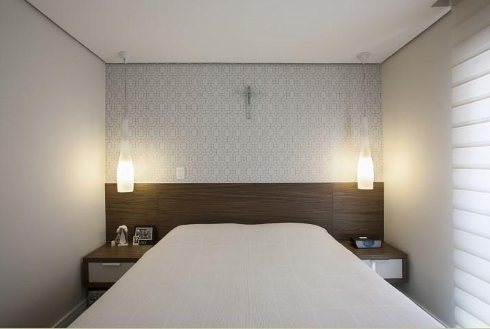 Quarto planejado de casal com luminárias aos lados da cama Projeto de Katia Llaneli