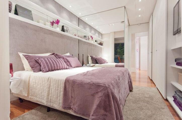Quarto planejado de casal com parede espelhada Projeto de LA Interiores