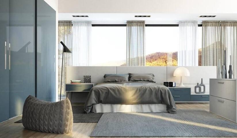 Quarto planejado de casal em azul e cinza com cortinas Projeto de Universo Decor