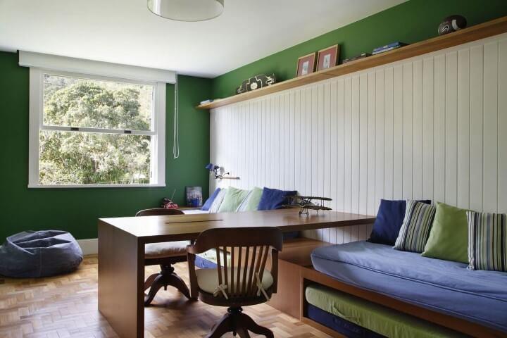 Quarto planejado de solteiro com duas camas e escrivaninha compartilhada Projeto de Migs Arquitetura