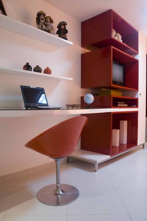 Quarto planejado de solteiro com nichos decorativos vermelhos Projeto de Larissa