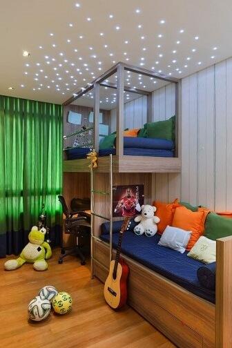 Quarto planejado infantil com cama suspensa e luzes de LED no teto Projeto de Marlon Gama