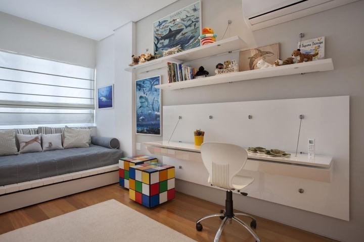 Quarto planejado infantil com espaço de estudos, prateleiras e baús de cubo de Rubik Projeto de Escala Arquitetura