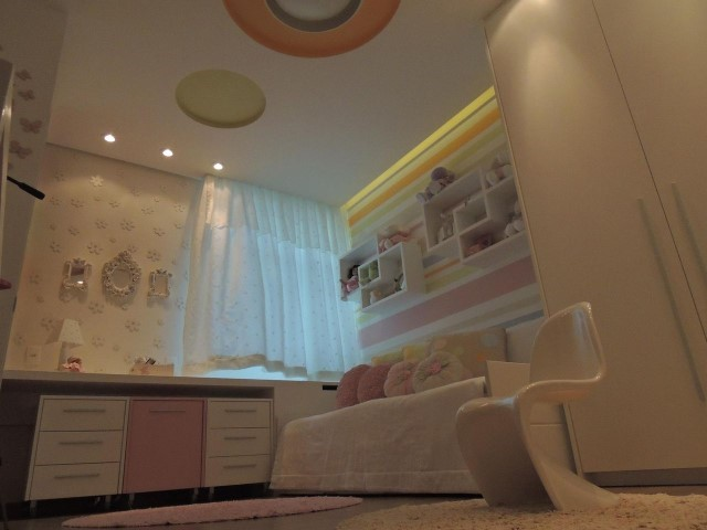 Quarto planejado infantil com guarda-roupa espelhado e gaveteiros Projeto de Giovanna Brigatti