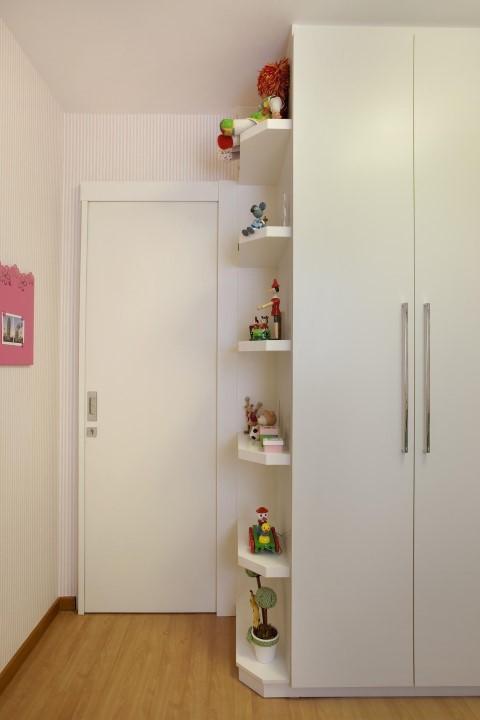 Quarto planejado infantil com prateleiras ao lado do armário Projeto de Cyntia Sabat