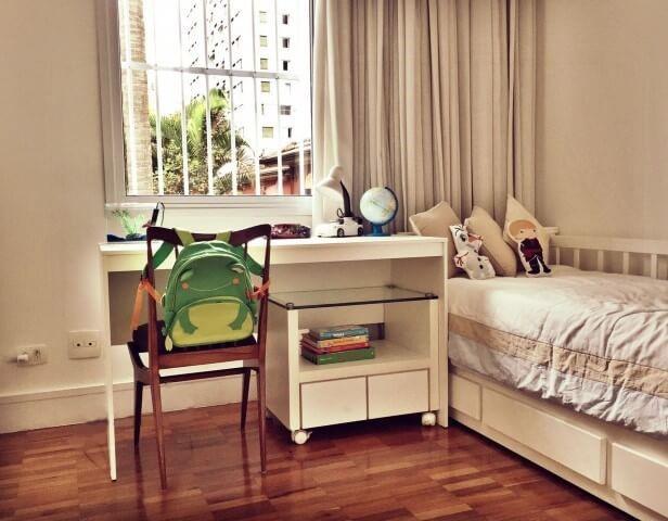 Quarto planejado infantil simples com cama e escrivaninha Projeto de Fernanda Velloso