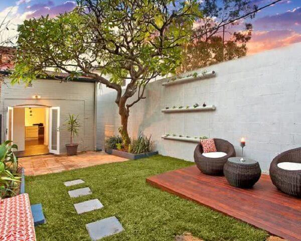 Reserve um cantinho especial no seu jardim para compor uma estrutura de deck de madeira tradicional
