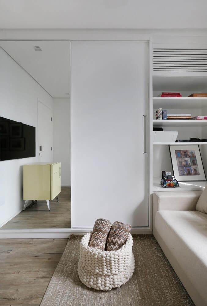 Decoração de sala com cesto de tricô e espelho