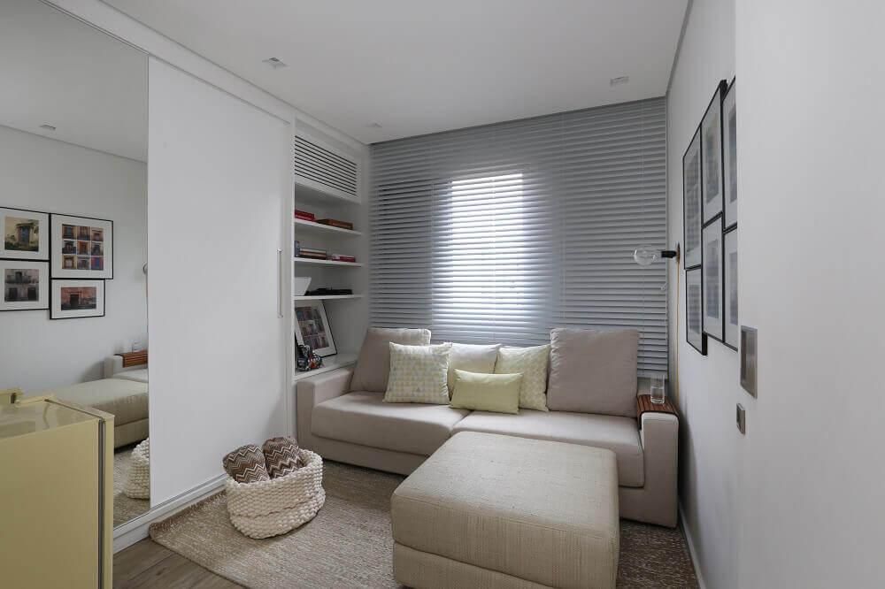 Decoração de sala com sofá bege e prateleiras