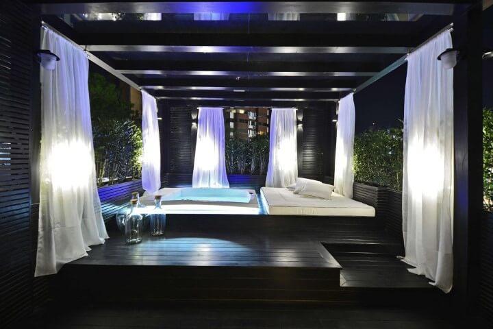 Sala de banho com deck de madeira Projeto de Casa Cor 2016