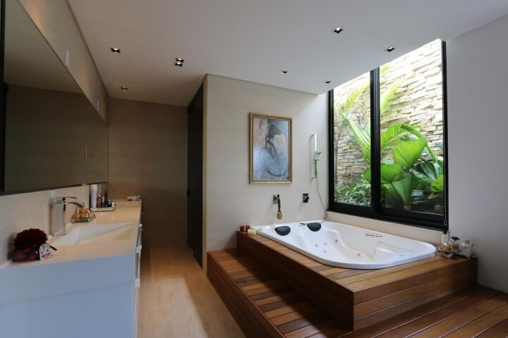 Sala de banho com deck de madeira Projeto de Zaav Arquitetura
