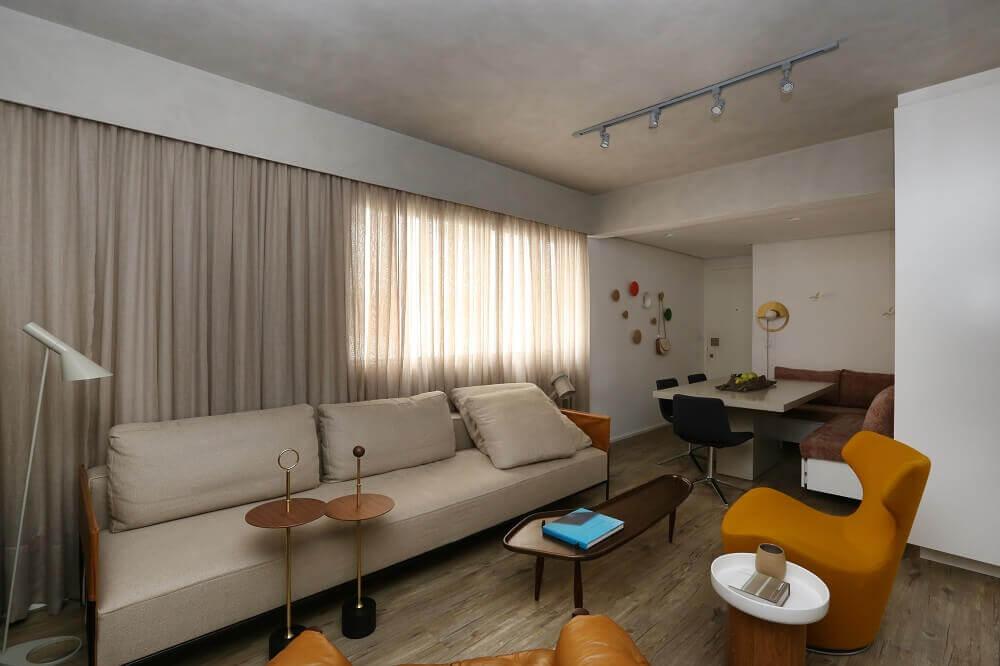 decoração de sala de estar com poltrona amarela