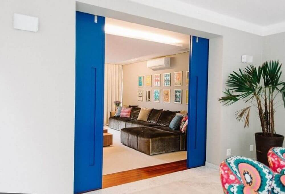 Sala de estar com porta de correr colorida