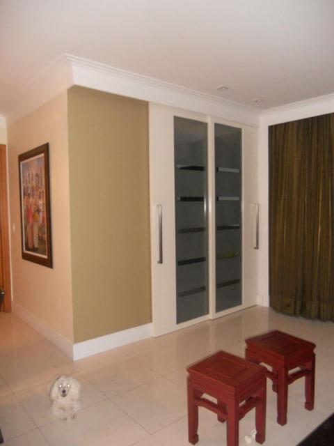 Sala de estar com porta de correr com vidro fosco Projeto de Vanja Paes