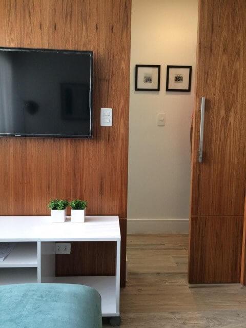 Sala de estar com porta de correr de madeira Projeto de Adriana Speyer