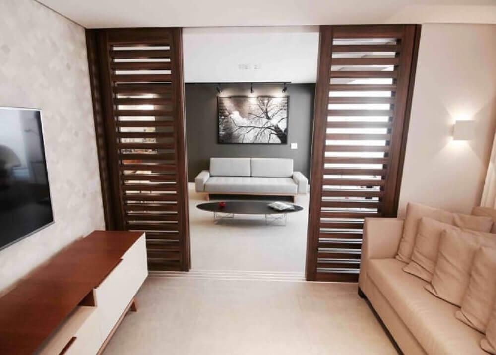 sala com porta de correr de madeira com brises