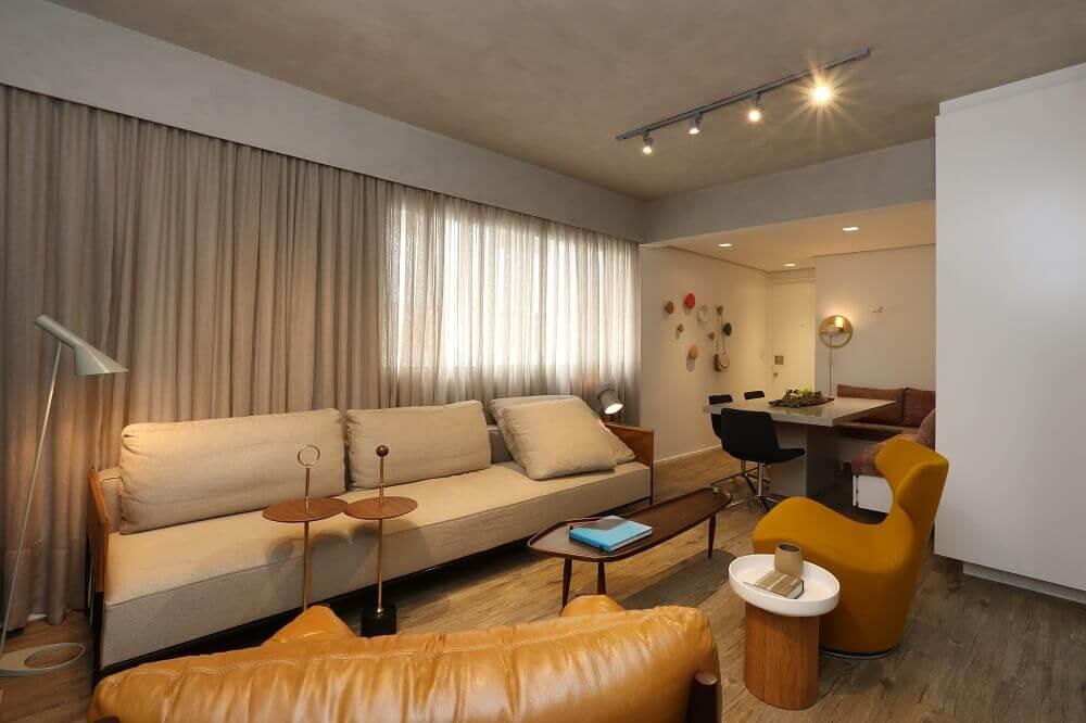 Sala de estar pequena com mesa de centro