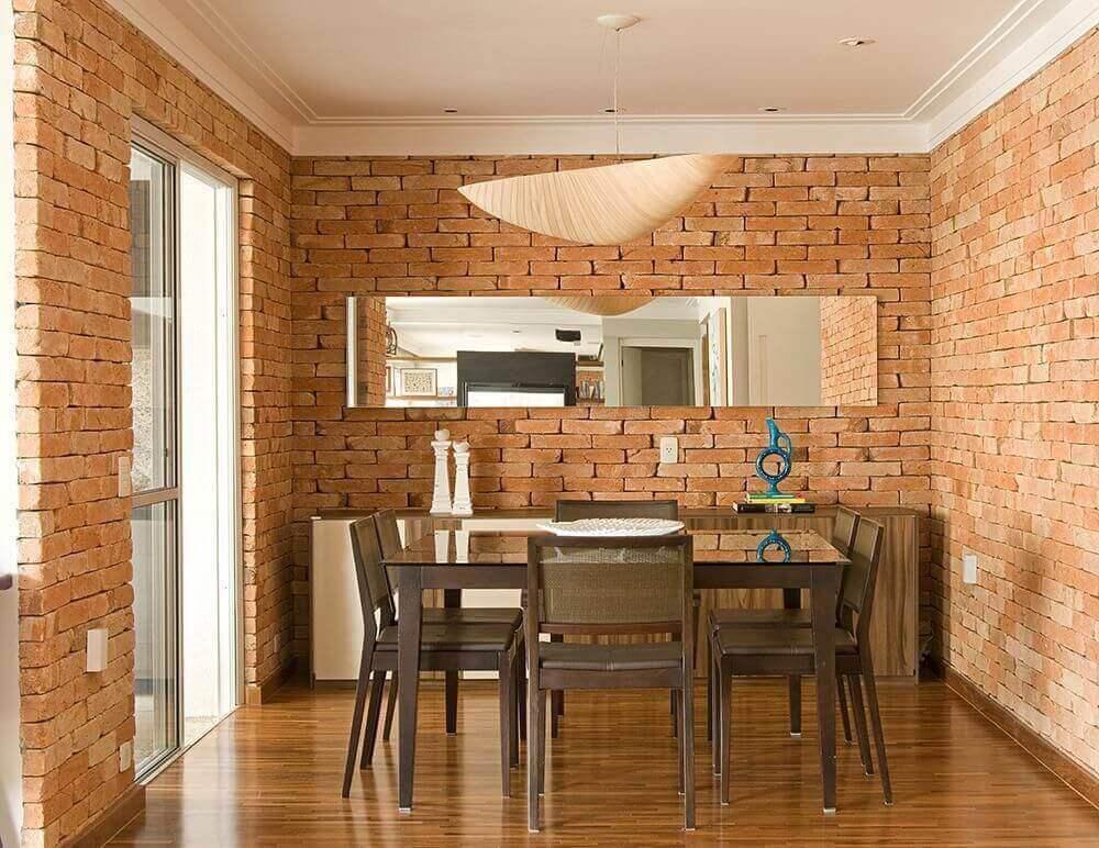 buffet para sala de jantar com espelho e parede de tijolo à vista